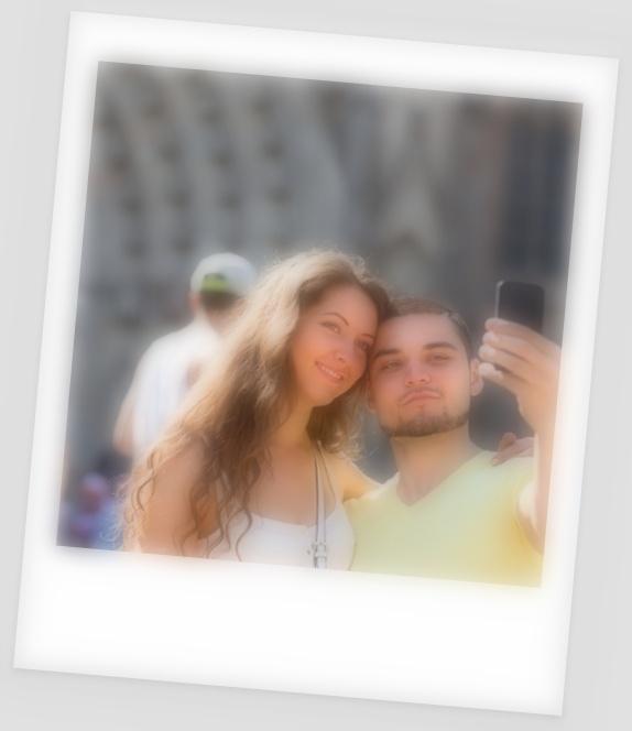 pareja-haciendo-selfie-en-la-calle_1398-4670