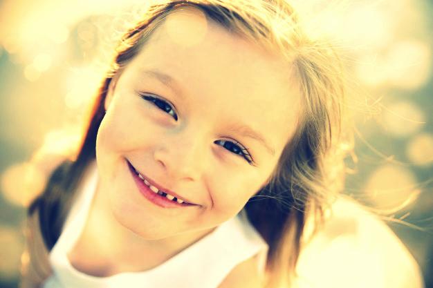 feliz-nina-sonriendo_49149-318