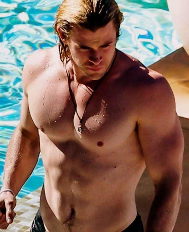 chris-hemsworth-con-torso-desnudo