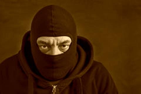 un-hombre-en-pasamontañas-fondo-oscuro-copie-el-espacio-concepto-que-roba-engaño-110301072
